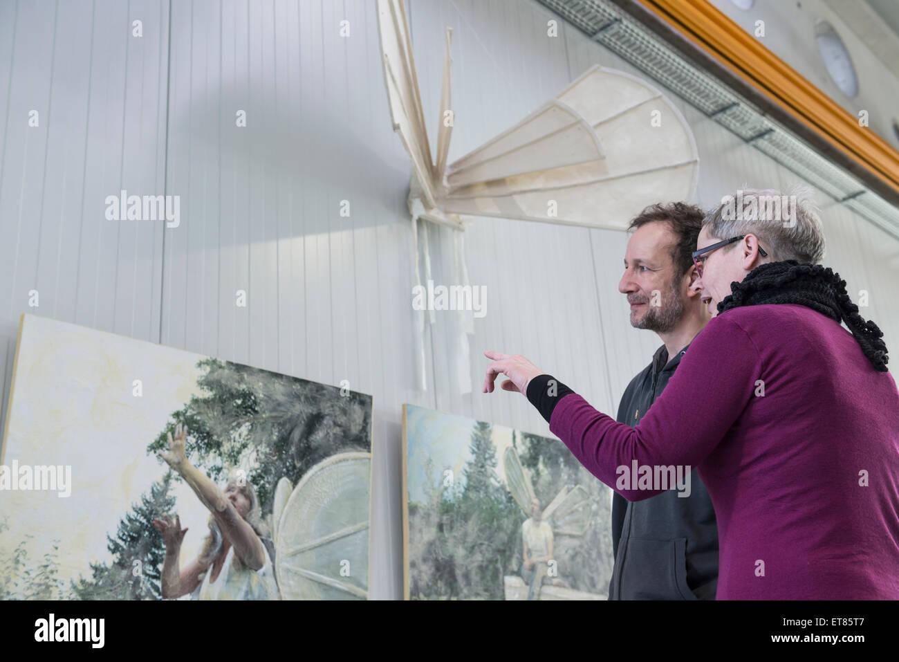 Besucher betrachten Gemälde in eine Art Galerie, Bayern, Deutschland Stockbild