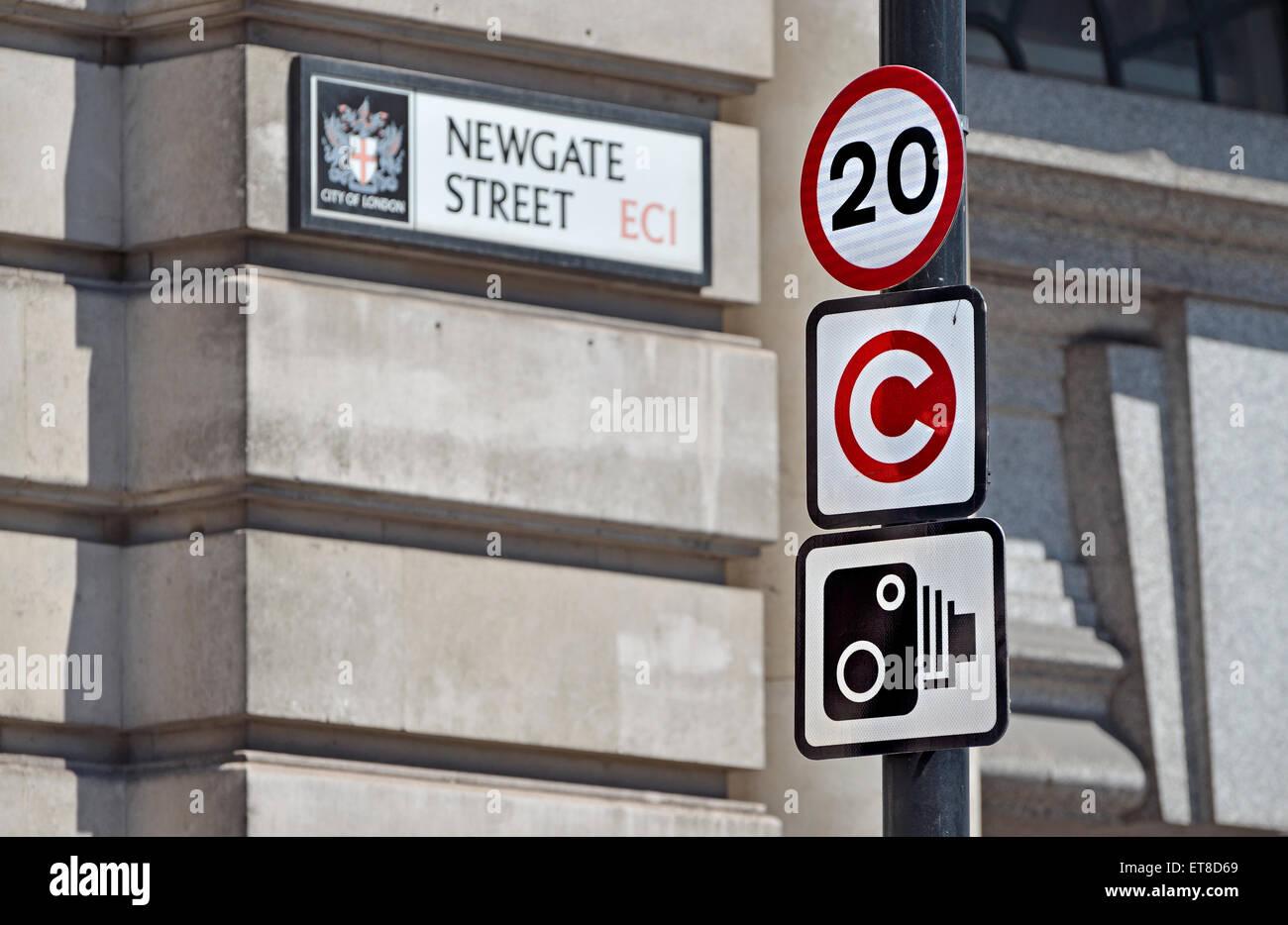 London, England, Vereinigtes Königreich. Verkehrsschilder im Newgate Street - 20 km/h-Grenze; Mautzone; Speed Stockbild