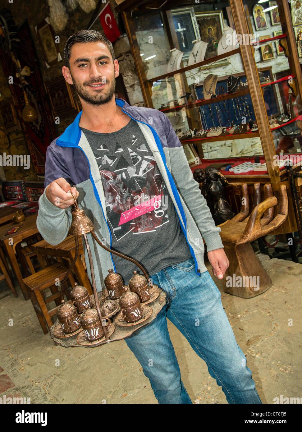 Mann, der die typischen türkischen Kaffee-Tablett, Sirince, Türkei Stockbild