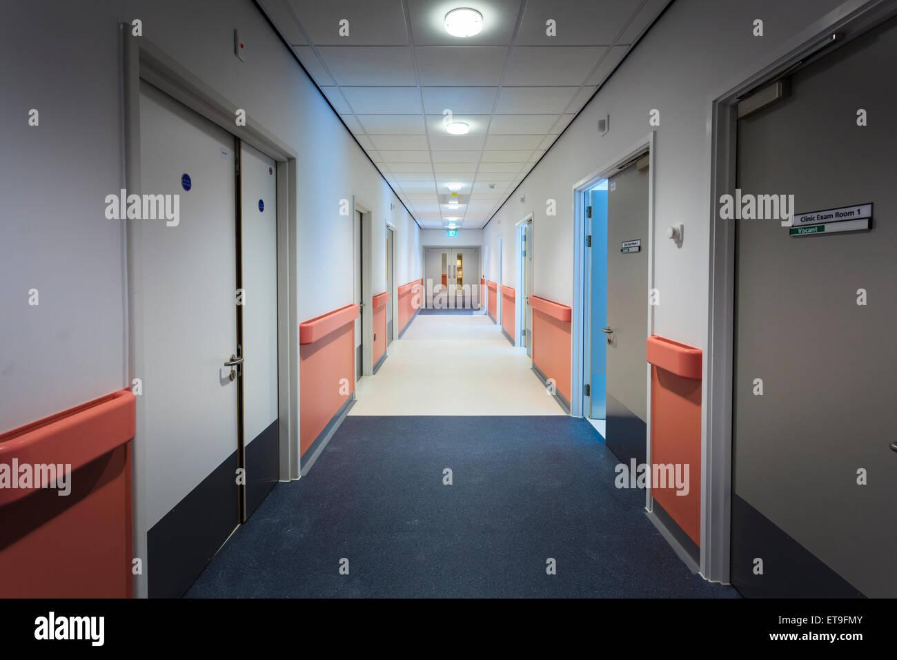 Krankenhaus-Flur-Durchgang ohne Menschen Stockbild