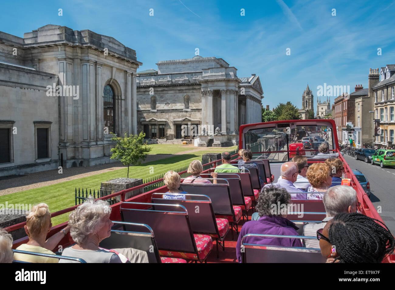Touristen mit offenen oberen Stadt Sightseeingbus in der Nähe von Fitzwilliam Museum, Trumpington Street, Cambridge, Stockbild
