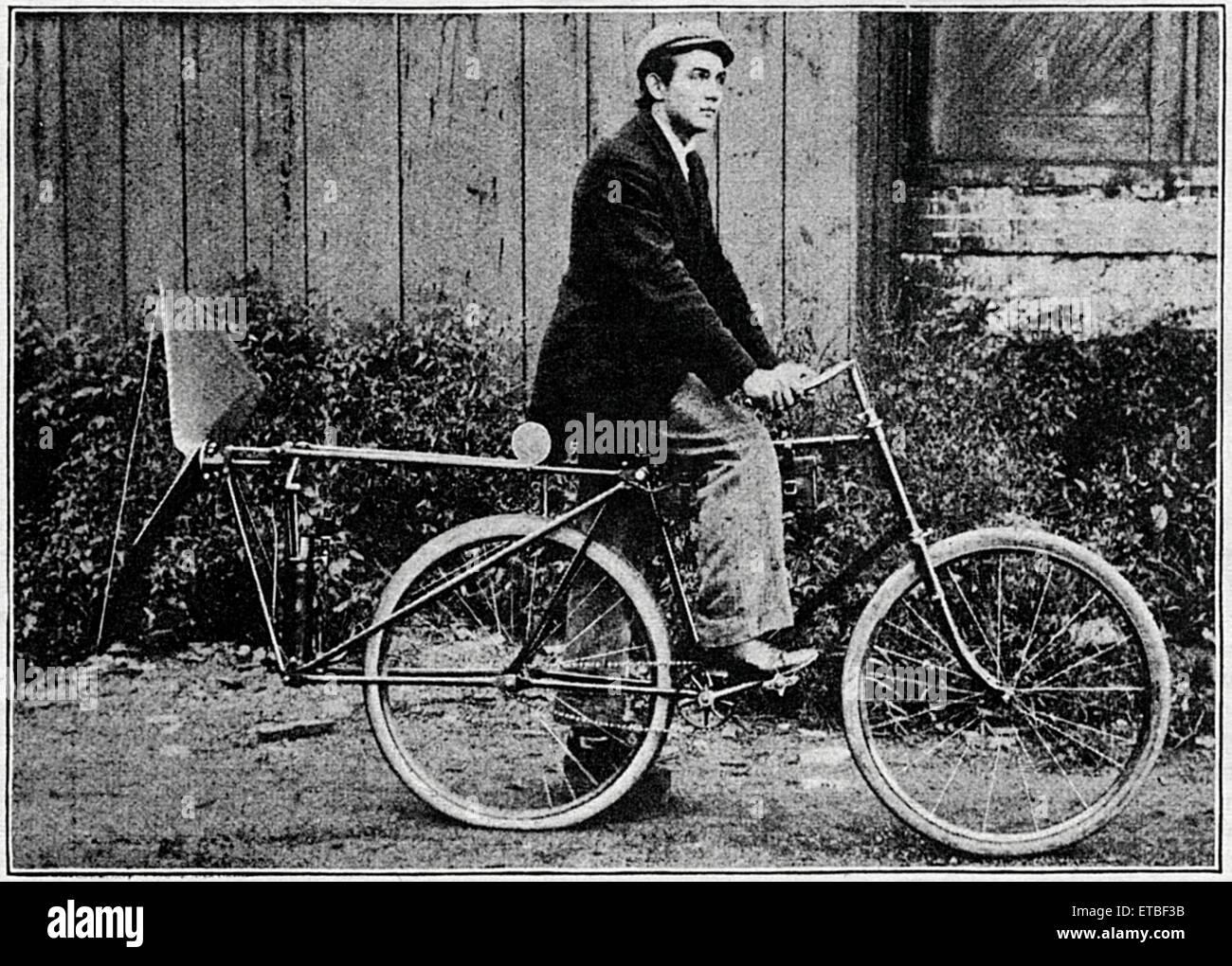 Mann am Ventilator-Motor-Fahrrad, Racine, Wisconsin, USA, ca. 1896 Stockbild