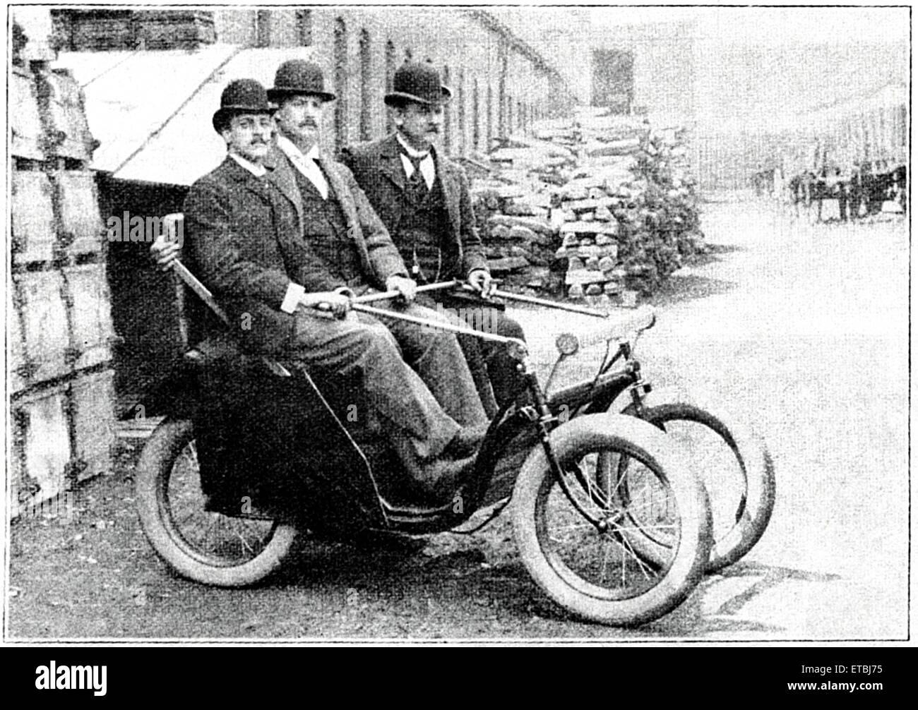 Drei Männer sitzen in Victoria Motorette, Racine Motor Vehicle Company, ca. 1895 Stockbild