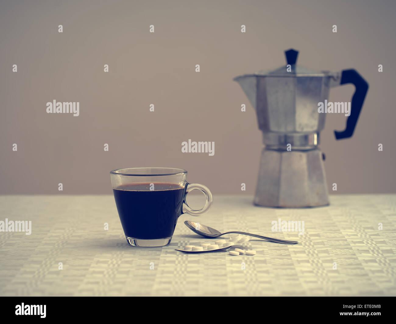 Einsam und krank - Gesundheit, Wellness-Konzept. Differenzielle Fokus - alte Kaffeemaschine im Hintergrund verschwommen. Stockfoto