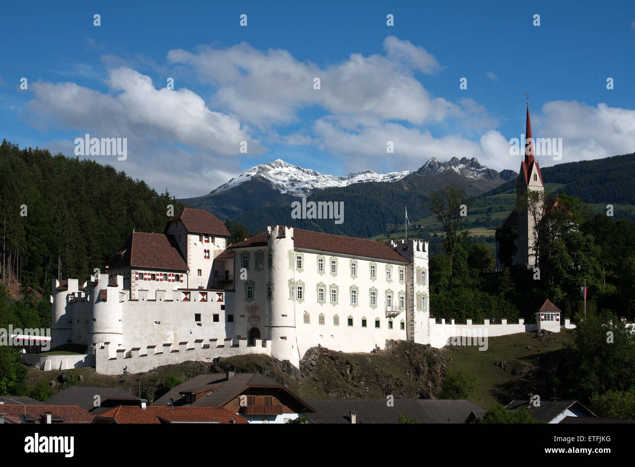 kirche und schloss ehrenburg kiens puster tal s dtirol italien europa stockfoto bild. Black Bedroom Furniture Sets. Home Design Ideas