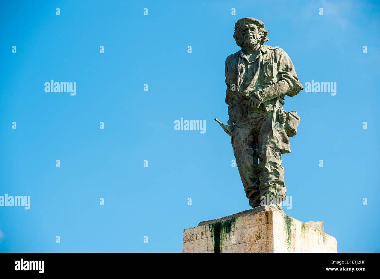 SANTA CLARA, Kuba - 28. Mai 2011: Statue des kubanischen Revolutionär Che Guevara steht in blauer Himmel auf Stockbild