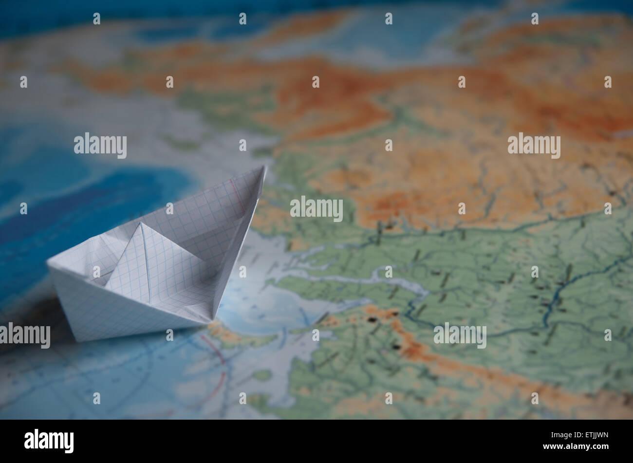 Origami Papierboot ist auf einer Karte Stockbild