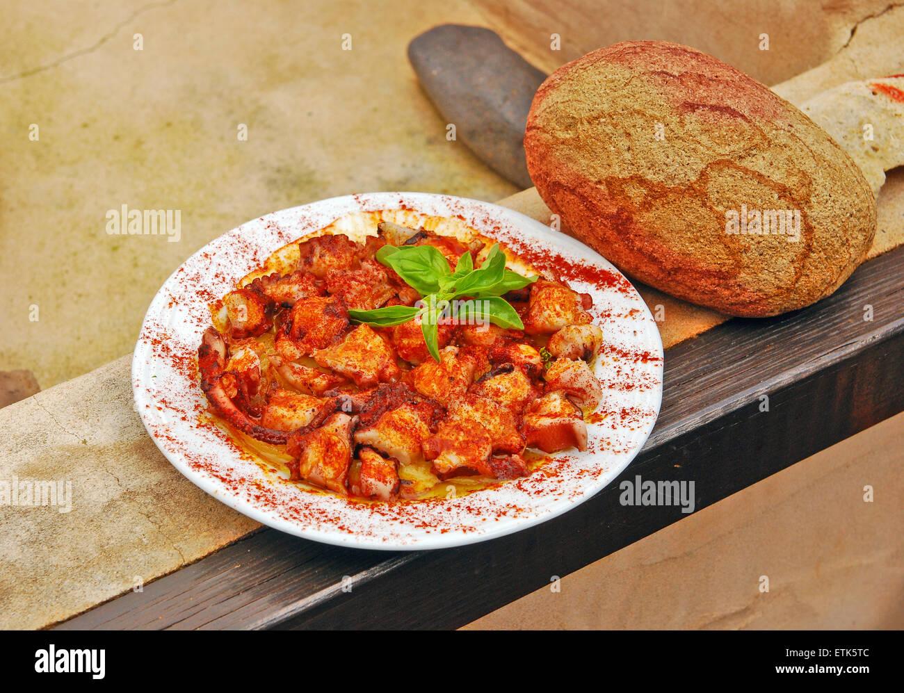 Fuerteventura, Kanarische Inseln. Frittiertes Gemüse oder Fleisch schön auf einem Teller mit Weißbrot Stockbild