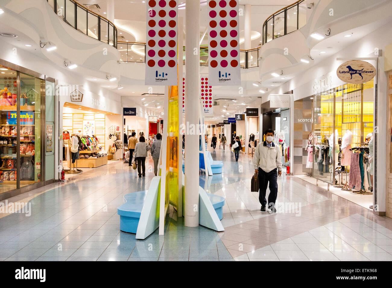 fbef58d8da Hell erleuchtet sehr sauber japanische moderne Shopping Center, Mall,  praktisch leer. Innenraum.