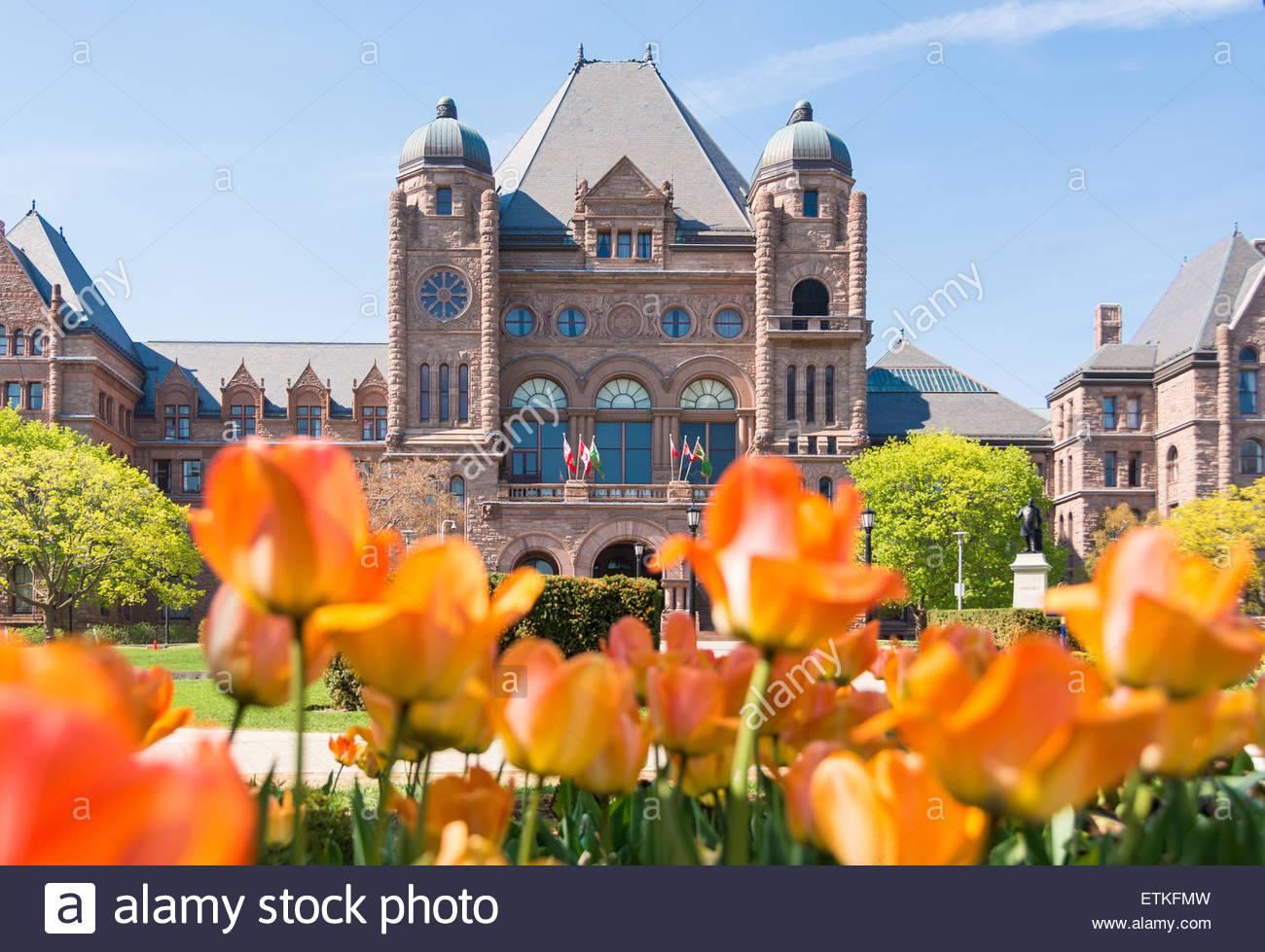 Queens Park Gebäude und Tulpe Gärten, das Wahrzeichen ist der Sitz der Provinzregierung von Ontario. Stockbild