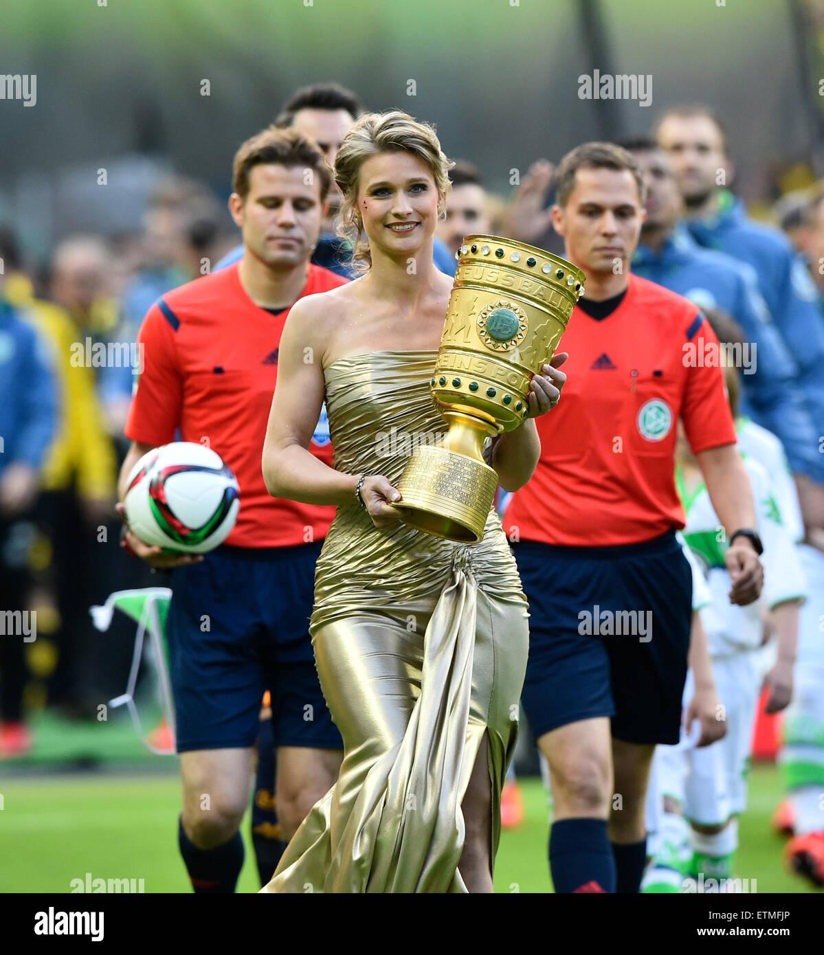 Dfb Pokalfinale 2015 Britta Heidemann Trophäe Ins Stadion