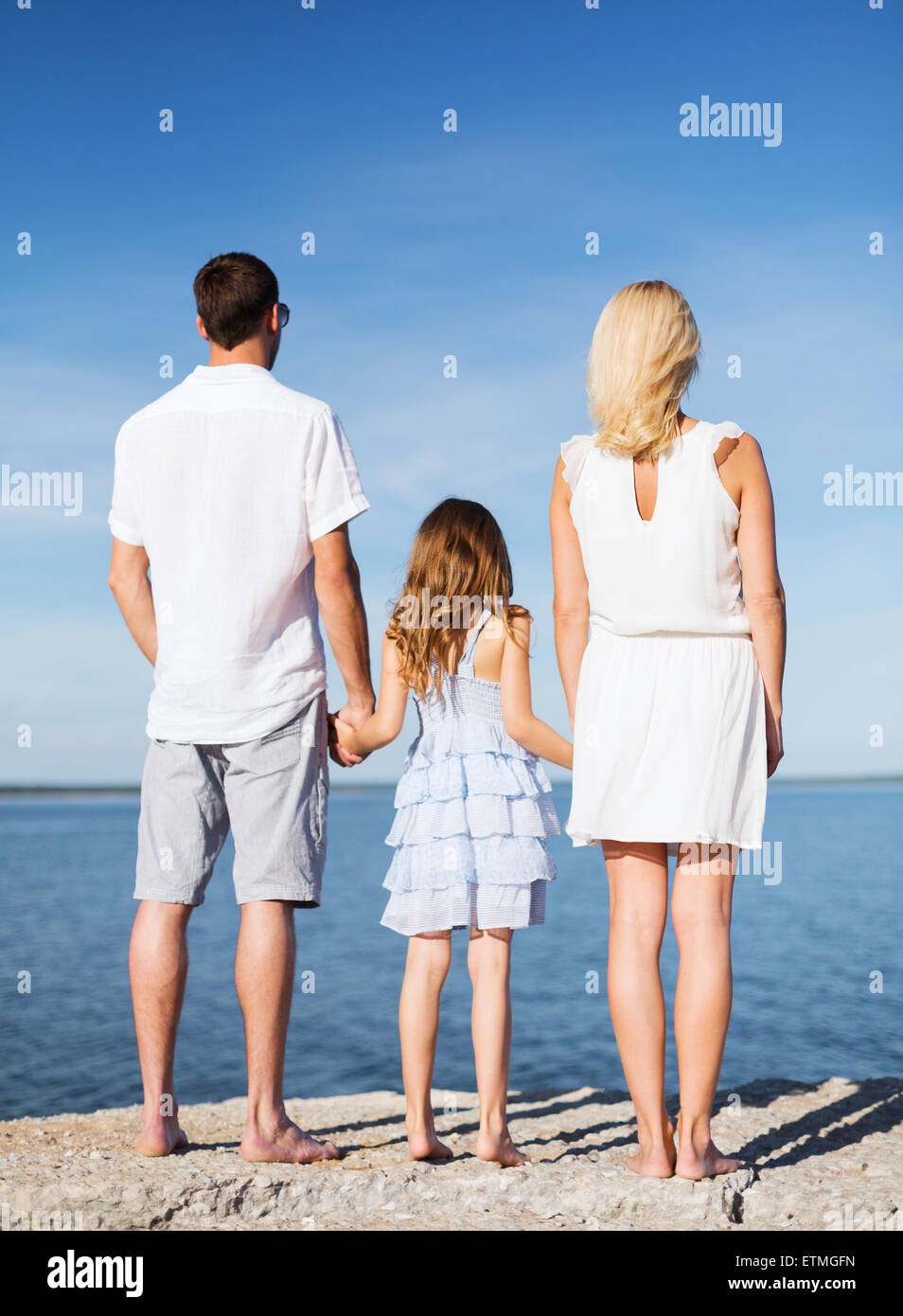 Happy Family im Meer Stockfoto