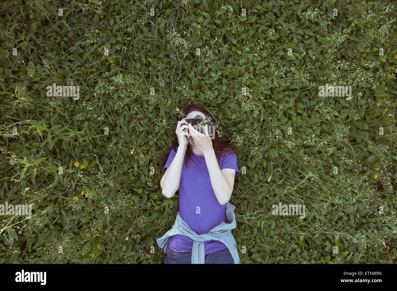 Frau liegend Gras Himmel fotografieren Stockbild