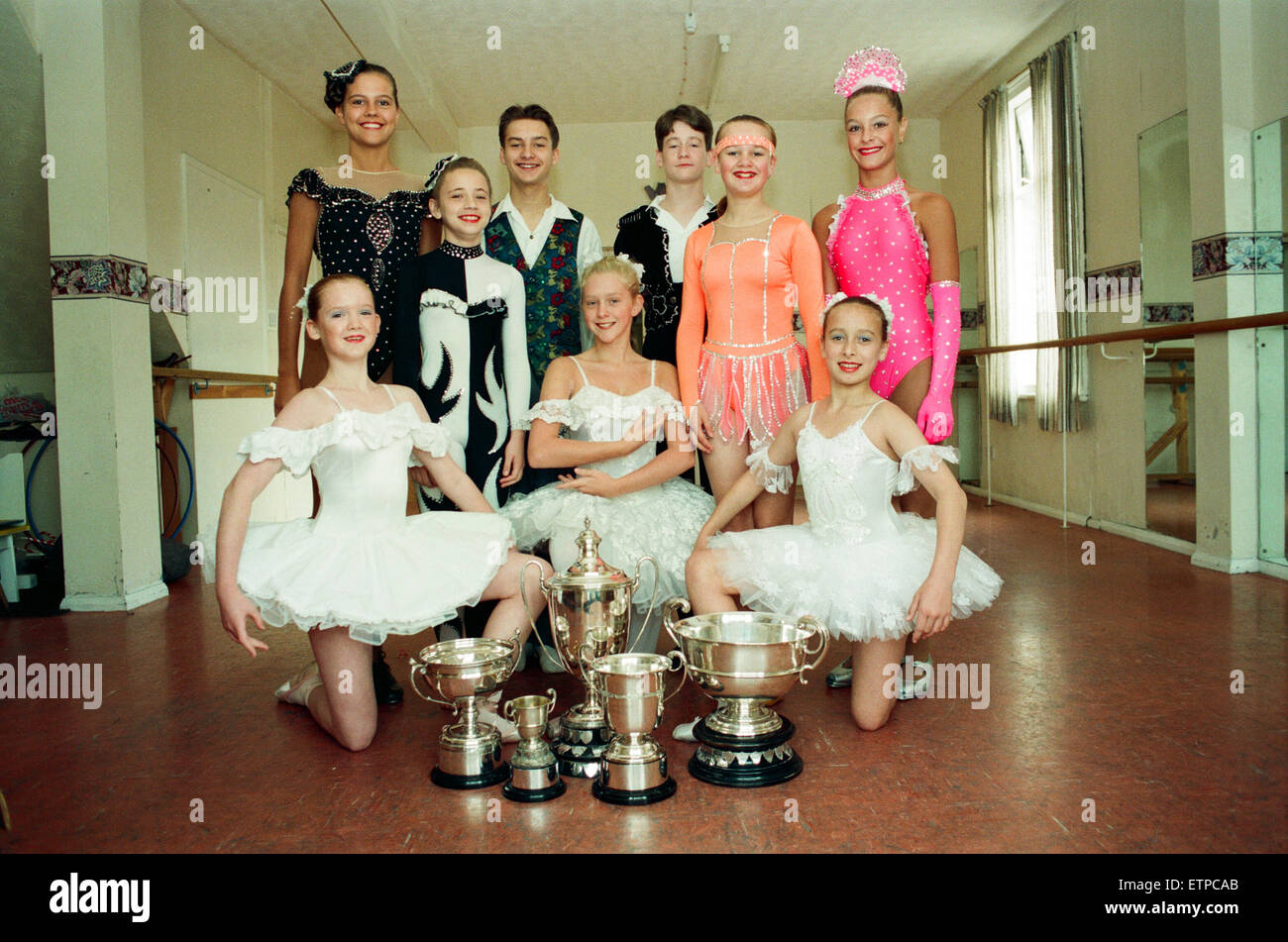 Michelle Robinson, 17, Mark Richardson, 15, und Joanne Yuille, 13, aus Maloneys Schule tanzen, Middlesbrough, der Stockbild