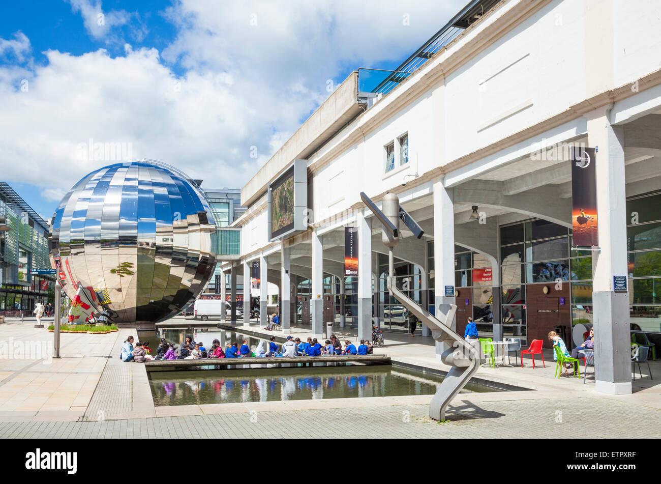 Schülerinnen und Schüler außerhalb Planetarium Kugel und Wissenschaftszentrum in Bristol Millennium Stockbild