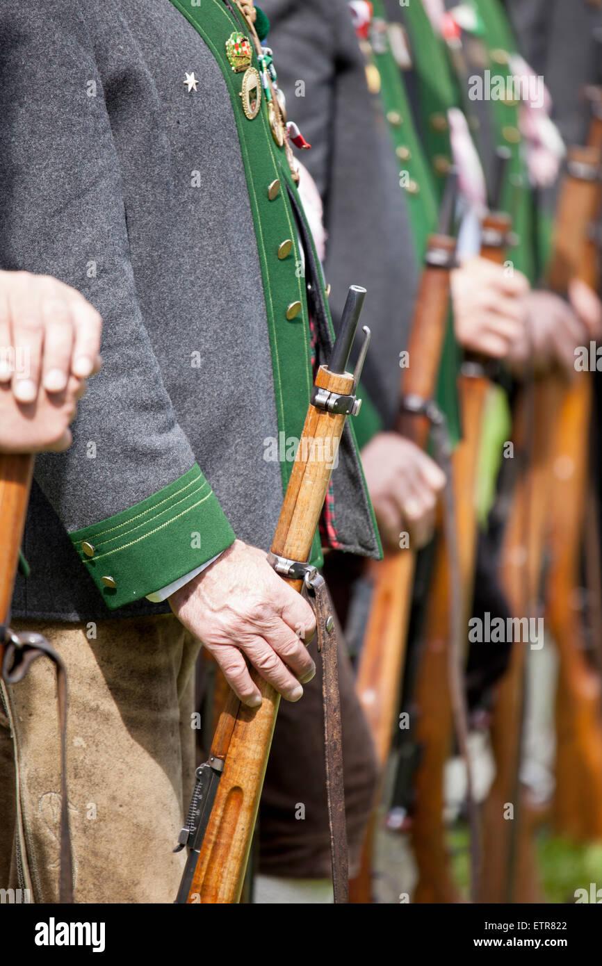 Tiroler schützen mit traditioneller Kleidung und Waffen, Österreich, Tirol, Ehrwald Stockfoto