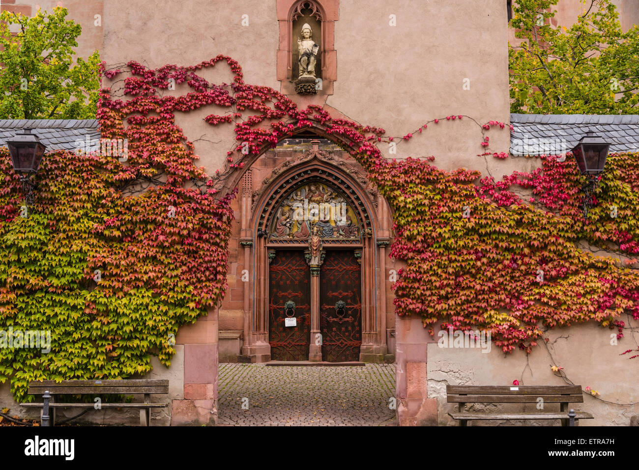 Deutschland, Hessen, Rheingau-Region, Kiedrich, Pfarrkirche St. Valentinus, Haupteingang Stockbild