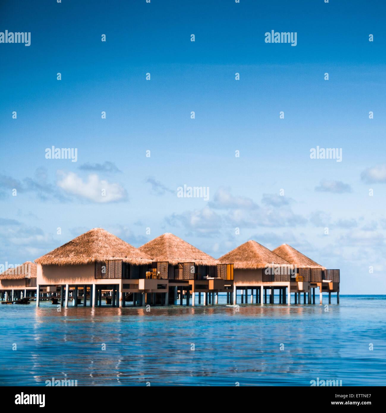 Über Wasser Bungalows mit Schritten in erstaunlich grünen Lagune Stockfoto