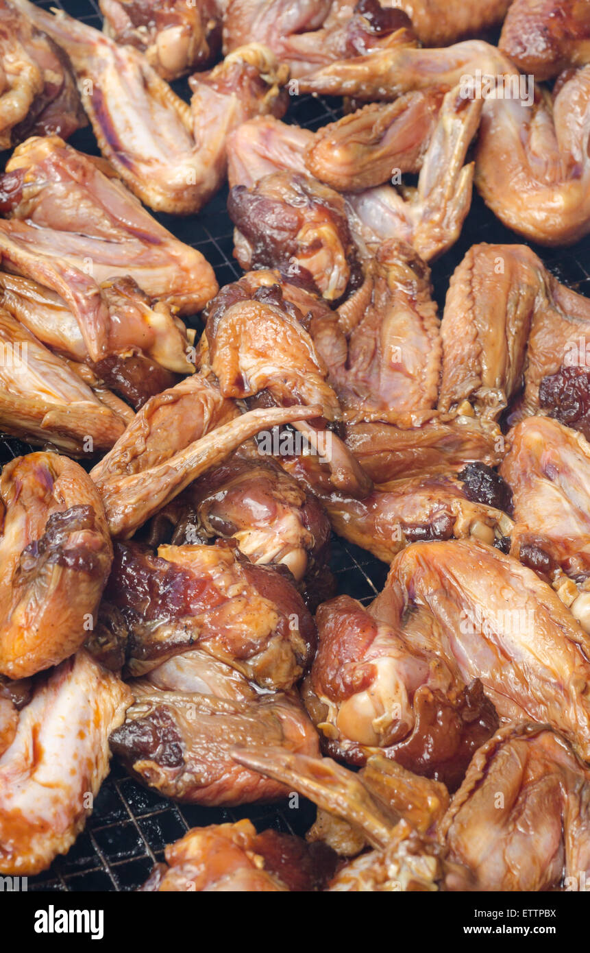 Roh-Honig Hähnchenflügel auf BBQ grill Stockbild