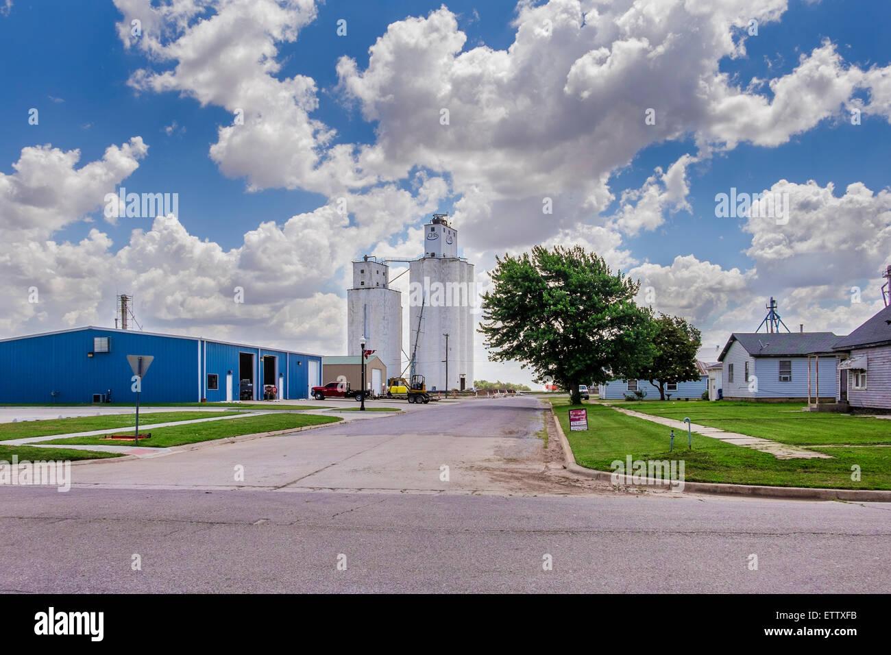 Getreidesilos in einer ländlichen Stadt Okarche, Oklahoma, USA. Stockbild