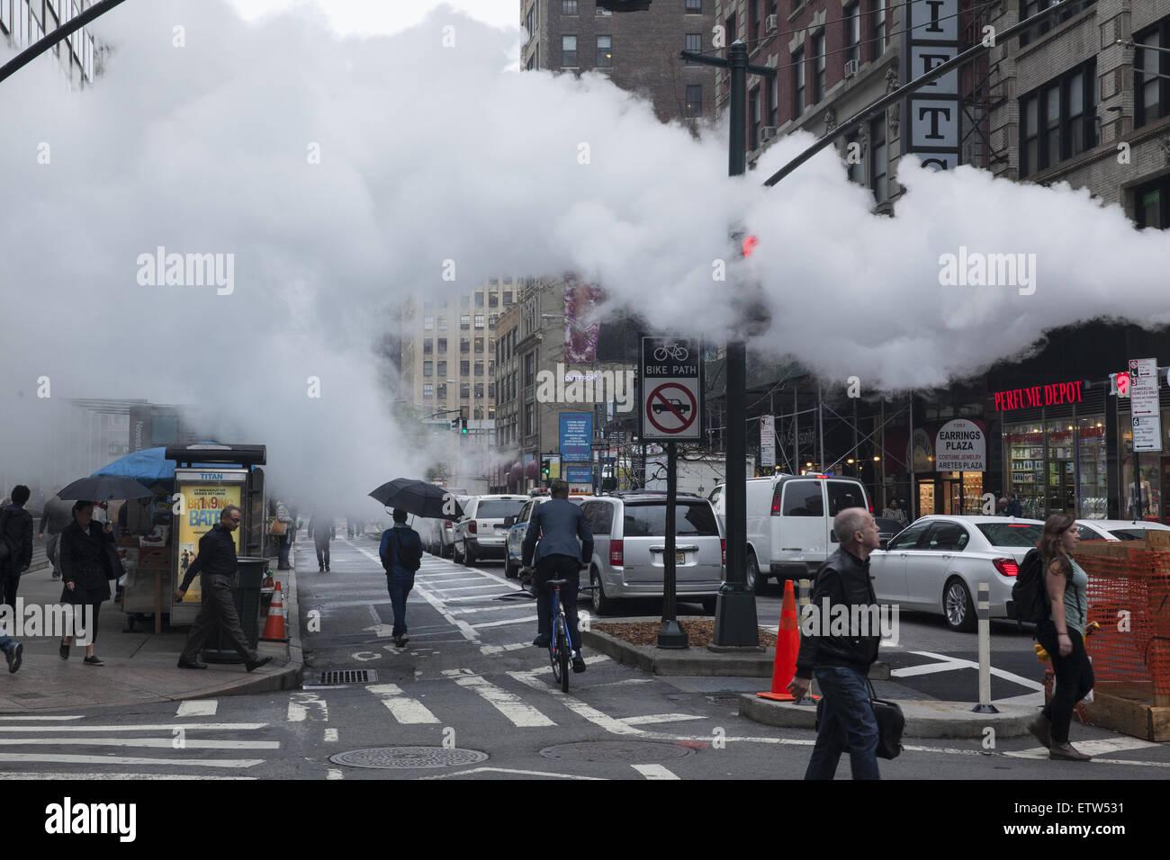 Niedrige Wolken von Dampf sind nicht ungewöhnlicher Anblick in Manhattan unter der Straße freigegeben. Stockbild