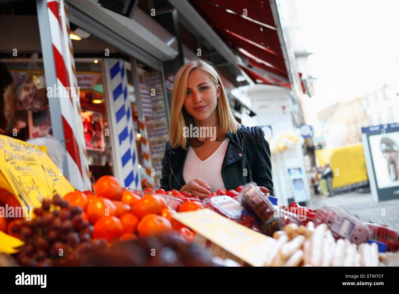 Porträt von lächelnden blonden Frau am Wochenmarkt Stockbild