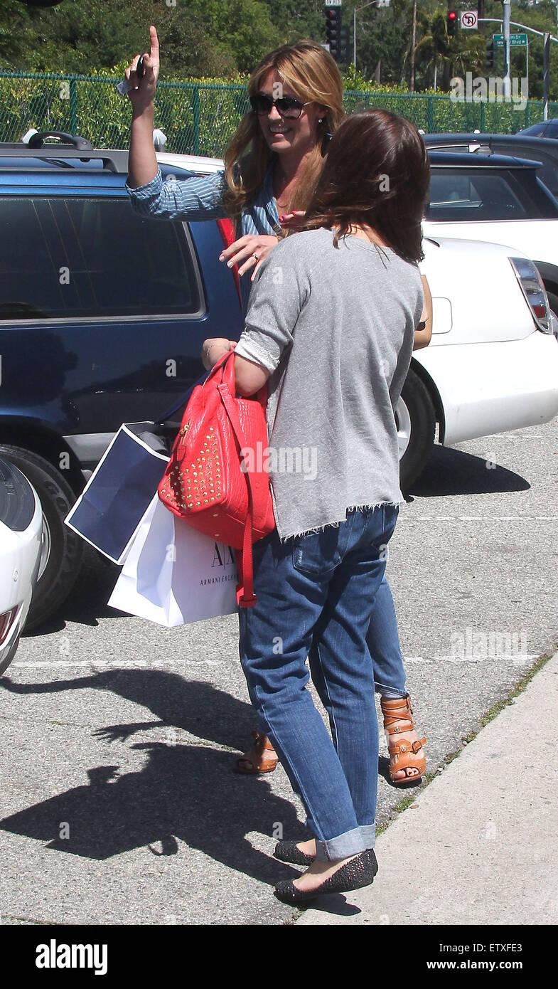 Cat Deeley zeigt ihre langen Beine in Röhrenjeans mit Nadelstreifen Bluse, wie sie bis auf neue Kleidung von Armani Exchange und The A-List mit Beverly Hills Lasten: Cat Deeley wo: Los Angeles, Vereinigte Staaten von Amerika bei: 24. März 2015 Stockfoto