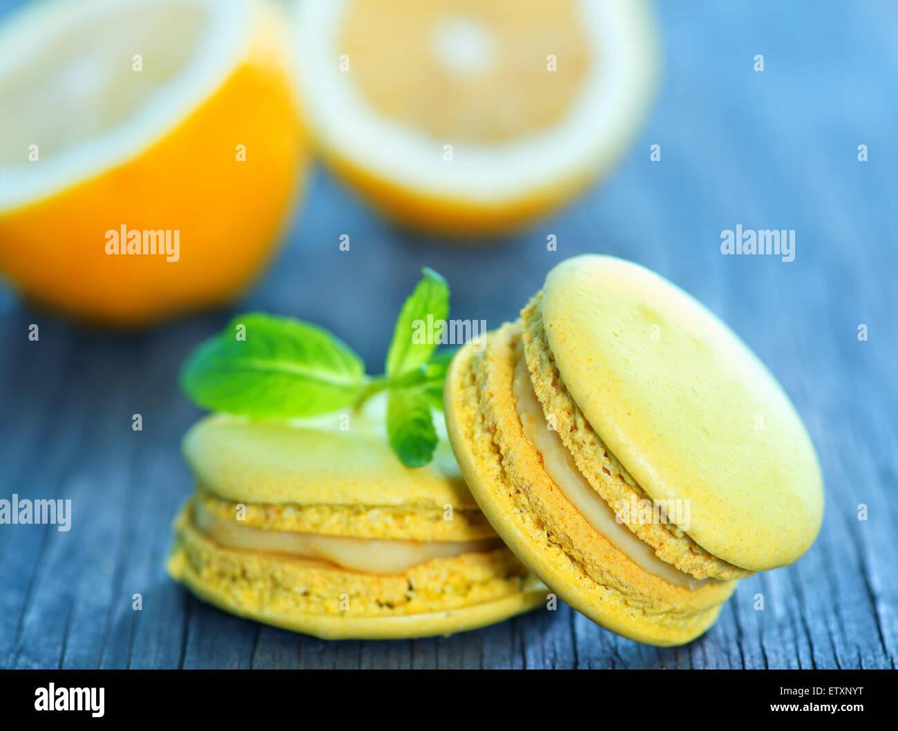 Zitrone-Makronen und Minze auf einem Tisch Stockbild