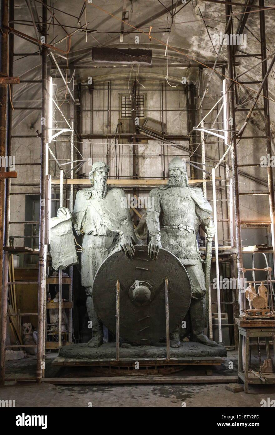 ST PETERSBURG, RUSSLAND. 15. JUNI 2015. Unvollendete Statuen von Rurik und Oleg von Nowgorod, prominente Persönlichkeiten Stockbild