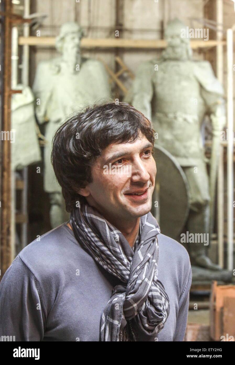 ST PETERSBURG, RUSSLAND. 15. JUNI 2015. Bildhauer Oleg Shorov in einem Workshop mit unvollendeten Statuen von Rurik Stockbild