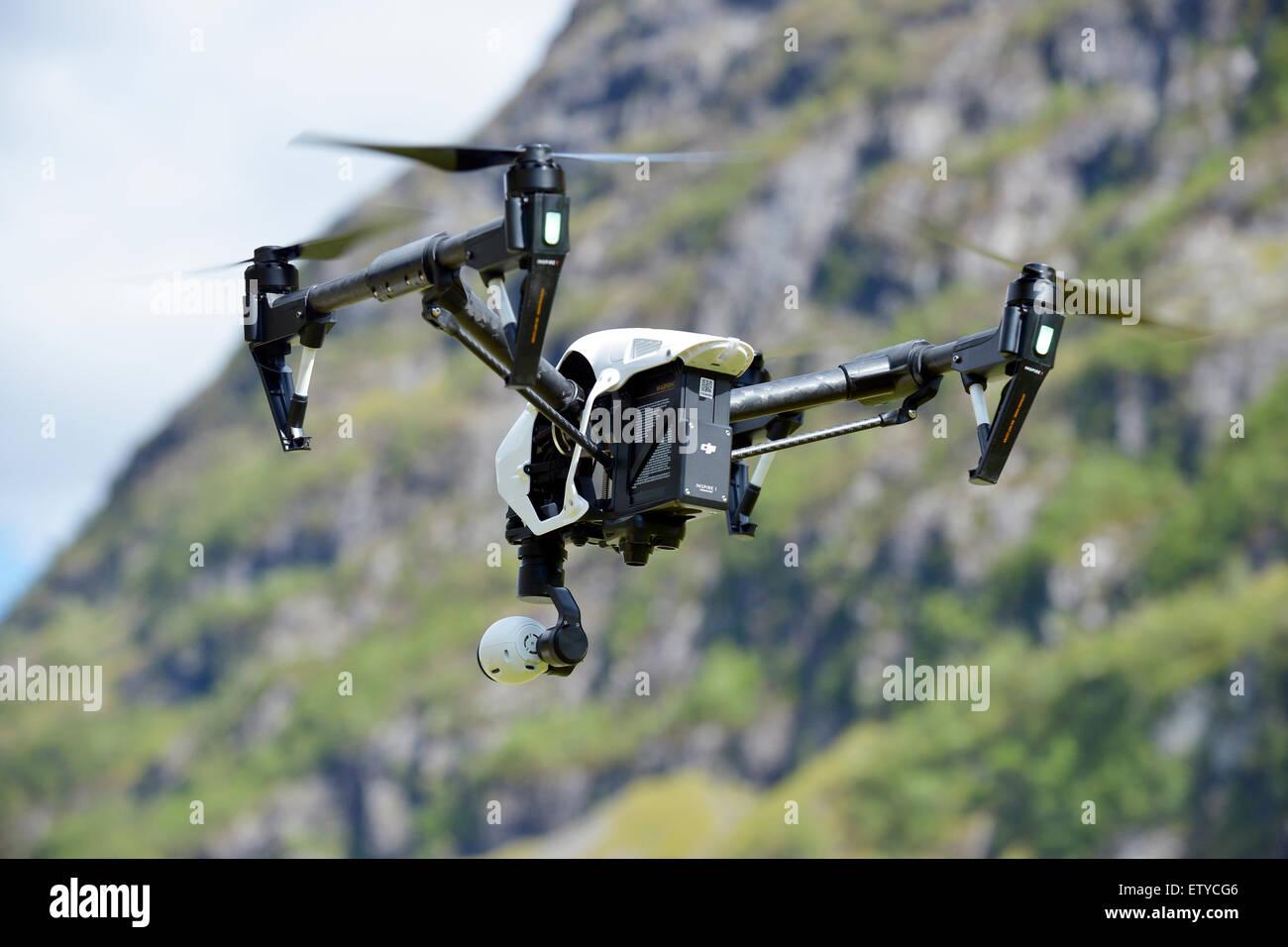 Drohne mit Kamera fliegen Stockbild