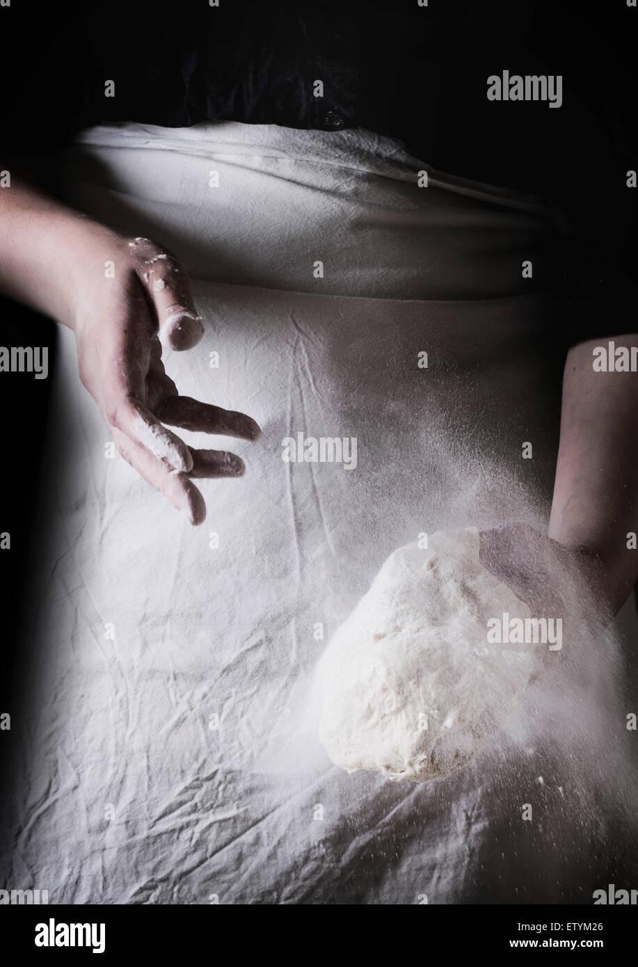 Die Hände von Frauen machen den Teig für Pizza. Serien ansehen Stockbild