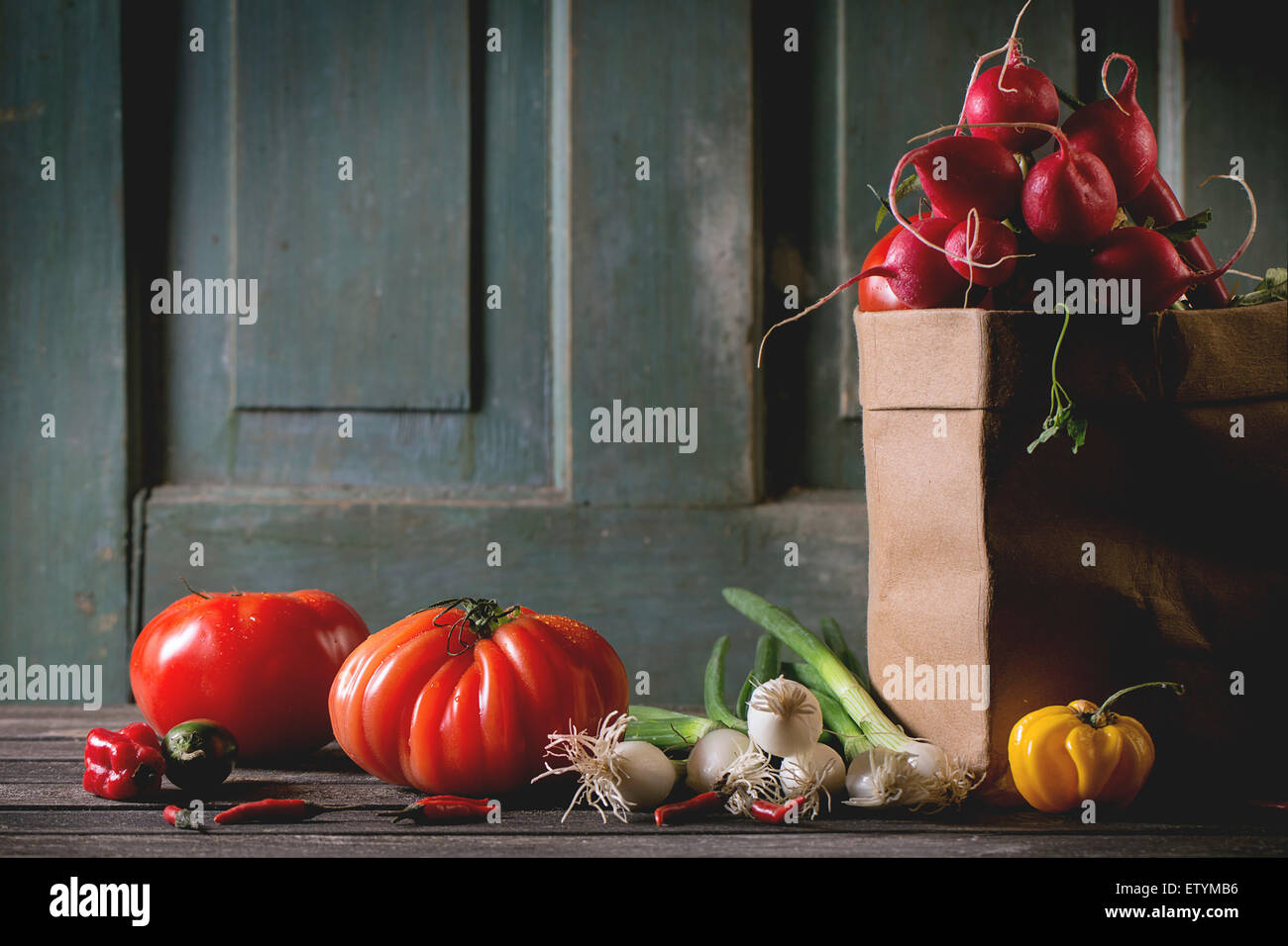 Haufen von reif bunte Frischgemüse Tomaten, Chilischoten, Frühlingszwiebeln und Bündel Radieschen Stockbild