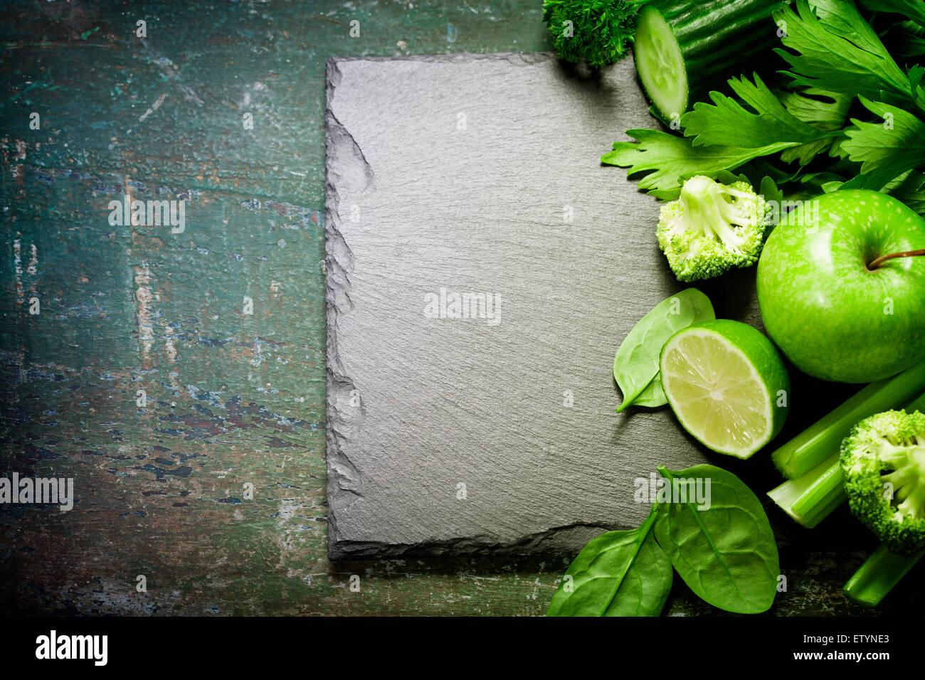 Frisches grünes Gemüse auf Vintage-Hintergrund - Entgiftung, Ernährung oder gesunde Ernährung Stockbild
