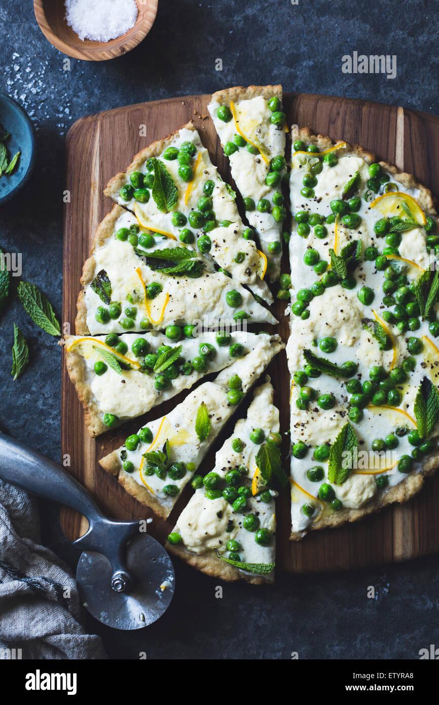 Dünn und knusprig gegrillte glutenfreie Pizza Kruste (Vollkorn + Gluten-frei) und einen federnden Belag frische Stockbild
