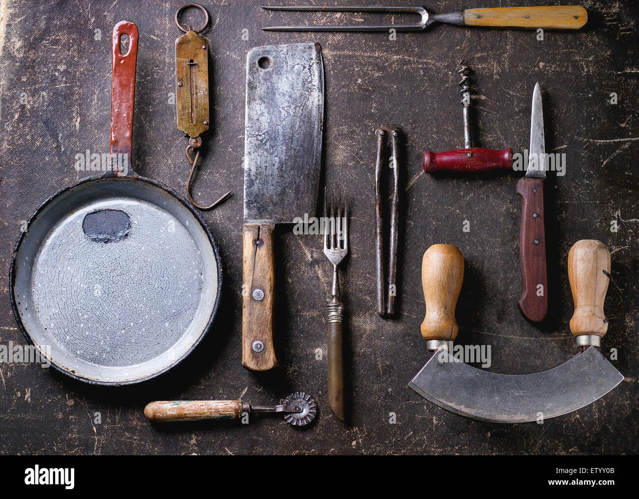 Satz von Vintage Kochgeschirr auf dunklem Hintergrund. Ansicht von oben Stockbild