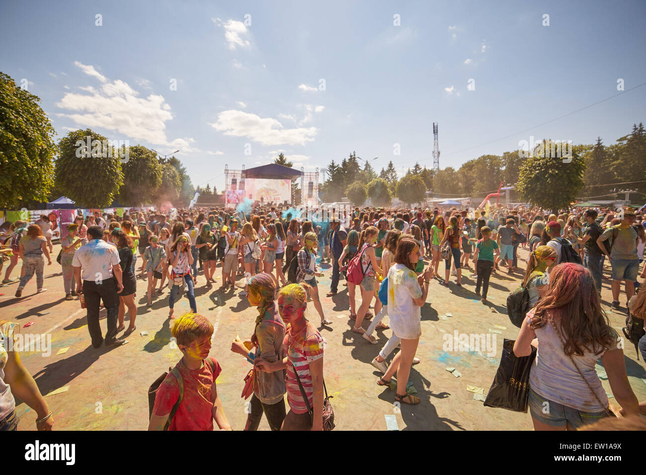 KALININGRAD, Russland - 12. Juni 2015: Menschen mit aufgemalten Gesichtern während das Holi-Fest der Farben Stockfoto