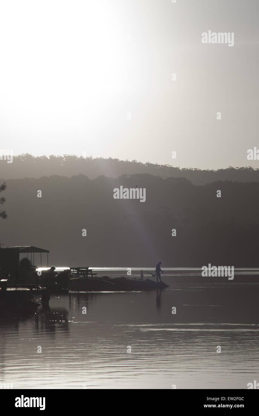 Angler Angeln bei Sonnenuntergang am Lake Conjola Stockfoto