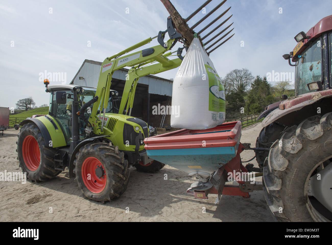 claas traktor mit frontlader gabeln big bags von d nger in d ngerstreuer auf bauernhof in der. Black Bedroom Furniture Sets. Home Design Ideas