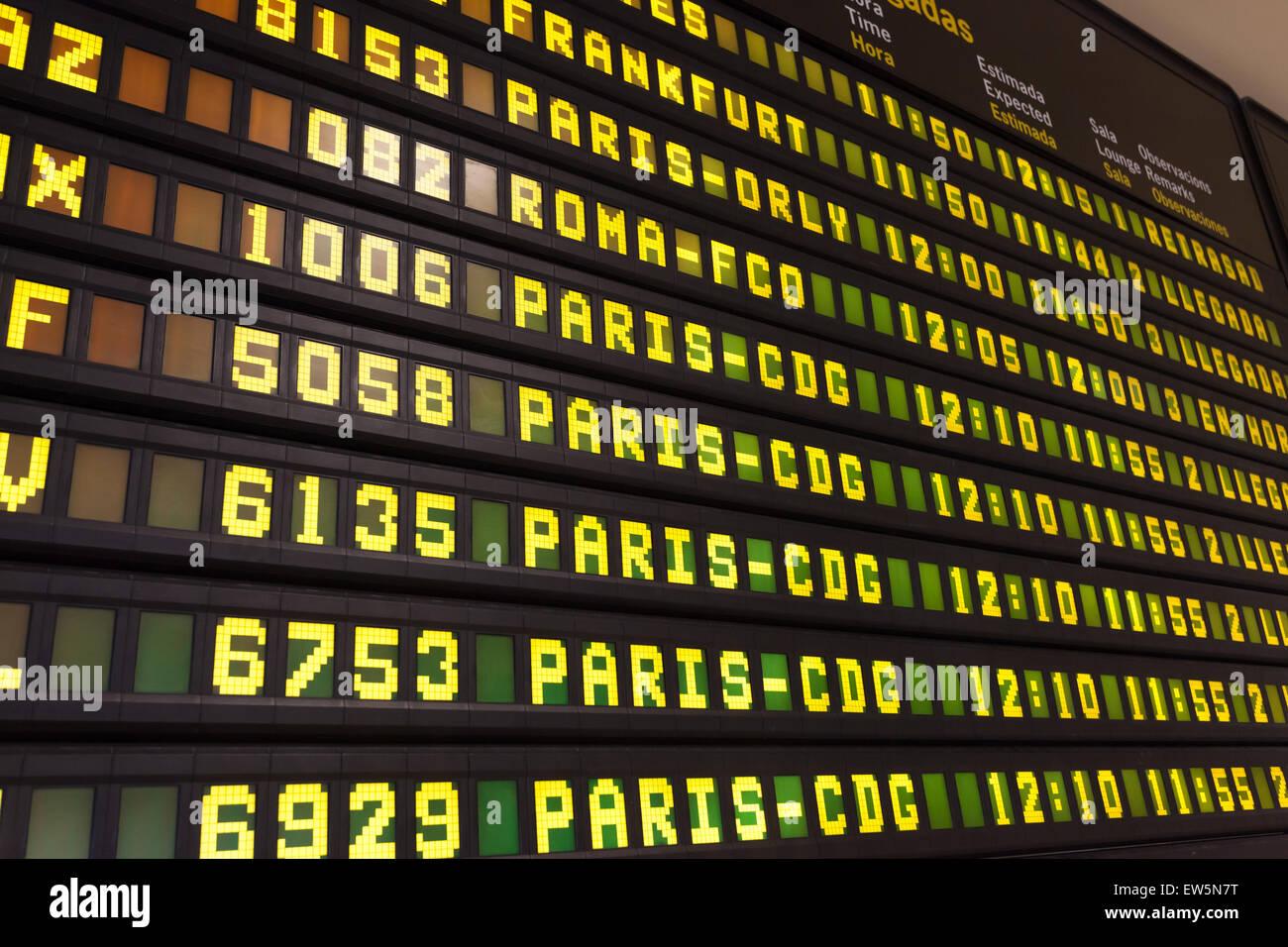 Abfahrtstafel Ankunft in einem europäischen Flughafen Stockbild