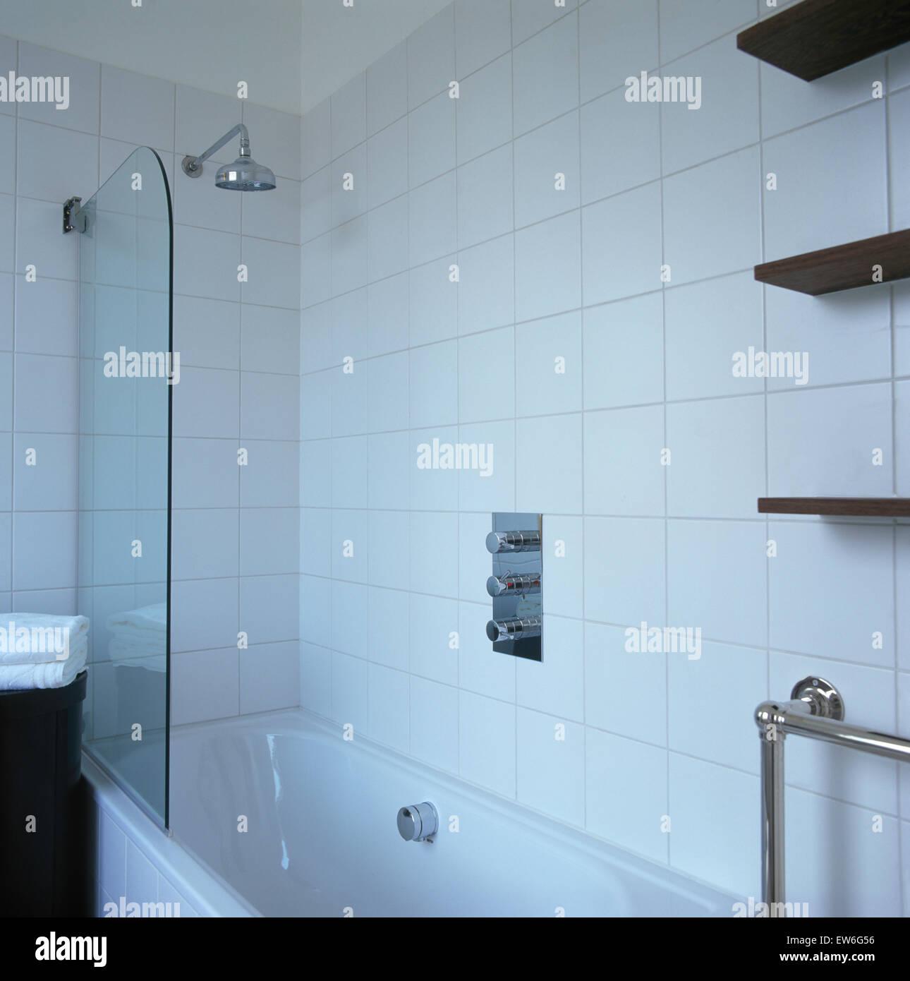 Chrom-Dusche und Glas Duschwand auf Badewanne in weiß geflieste ...
