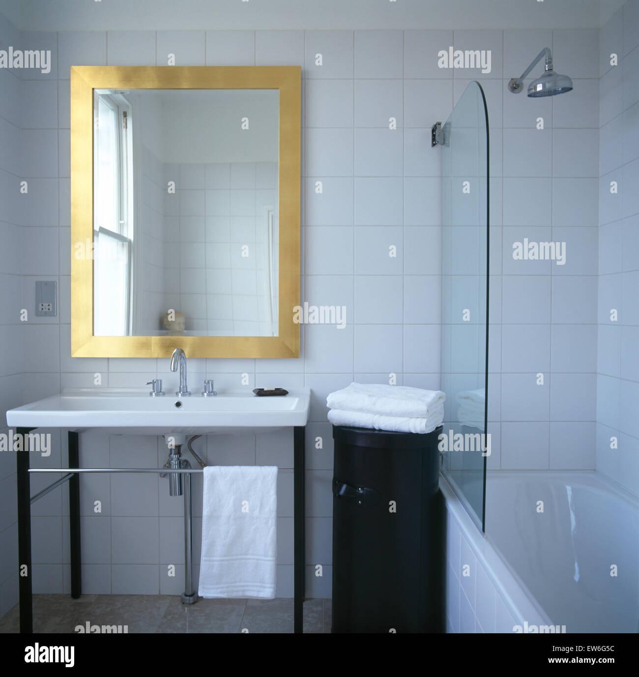 Messing Gerahmten Spiegel über Dem Waschbecken Im Modernen Badezimmer Mit  Chrom Dusche über Badewanne