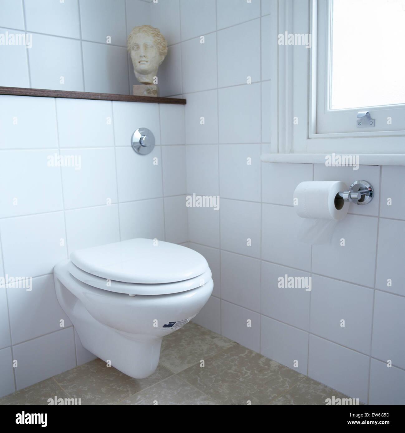 Klassische Skulptur Kopf auf Regal über der Toilette in weiß ...