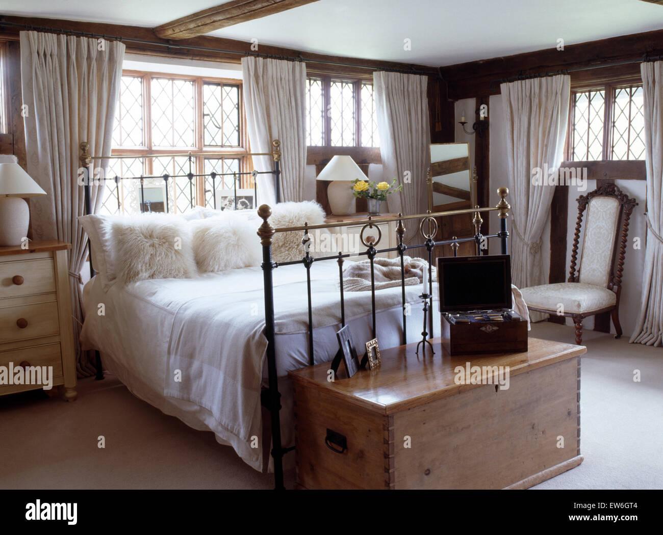 Flauschige weiße Kissen und weißem Leinen auf antikem Messingbett im ...
