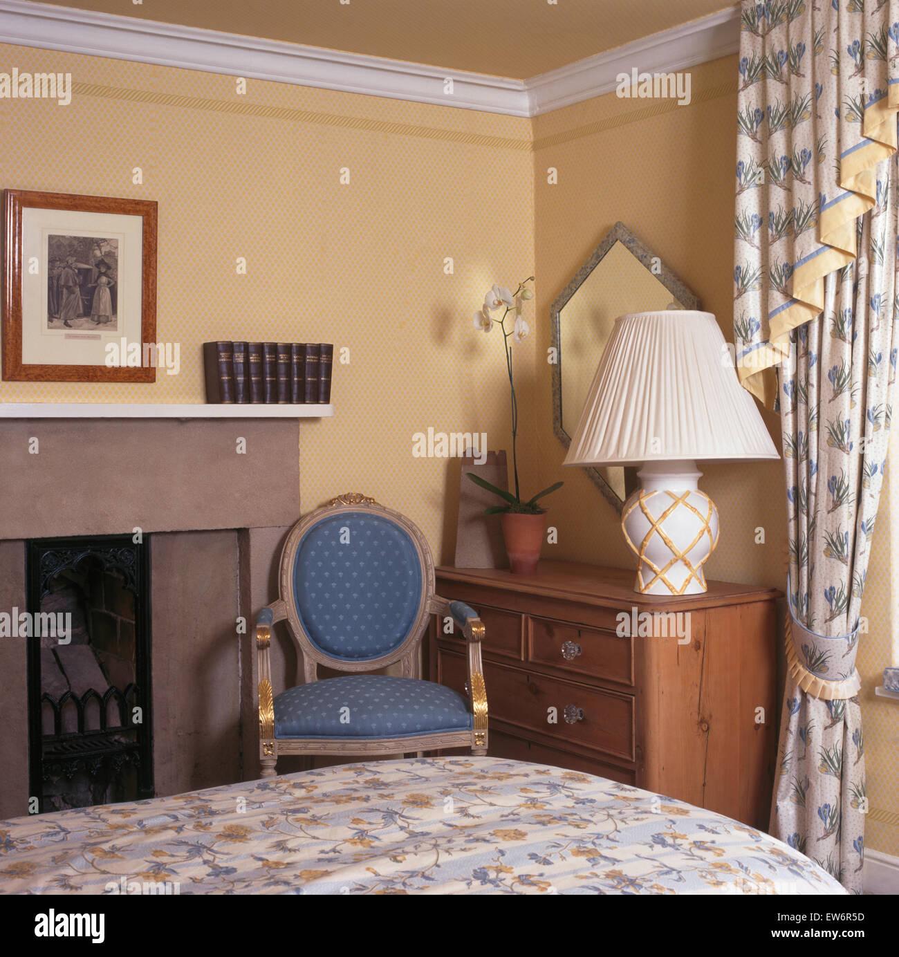 Blauen Stuhl neben Kamin im kleinen neunziger Jahre Schlafzimmer mit ...