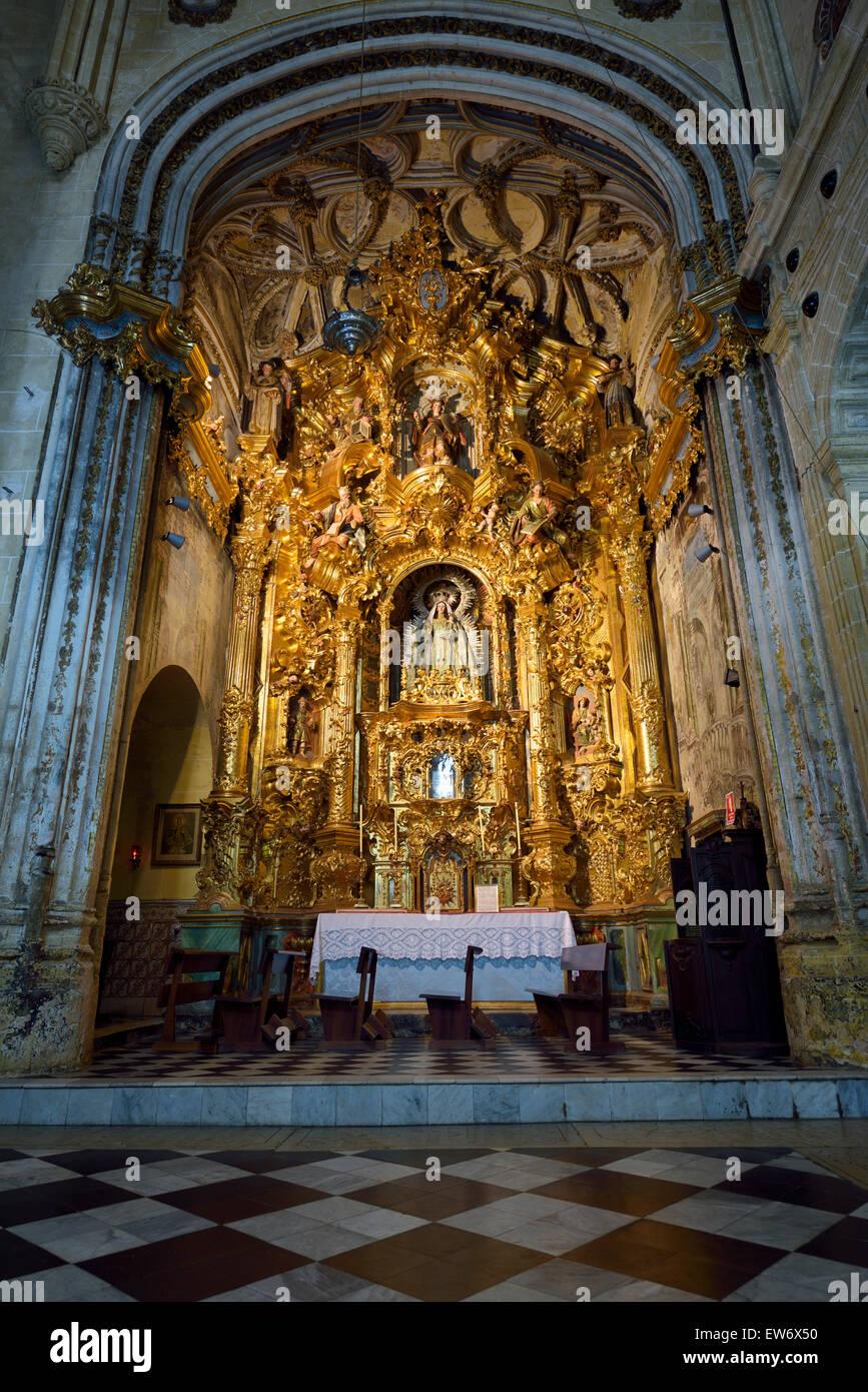 Seitenaltar des Rosenkranzes in Sankt Maria Himmelfahrt Basilika in Arcos De La Frontera Spanien Stockbild