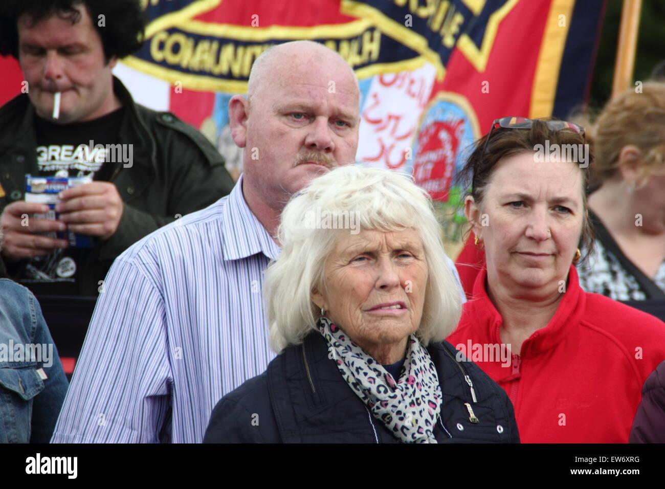 Orgreave, South Yorkshire, UK. 18. Juni 2015. Anne Scargill (Mitte vorne), ehemalige Ehefrau des Miners' Strike Stockfoto