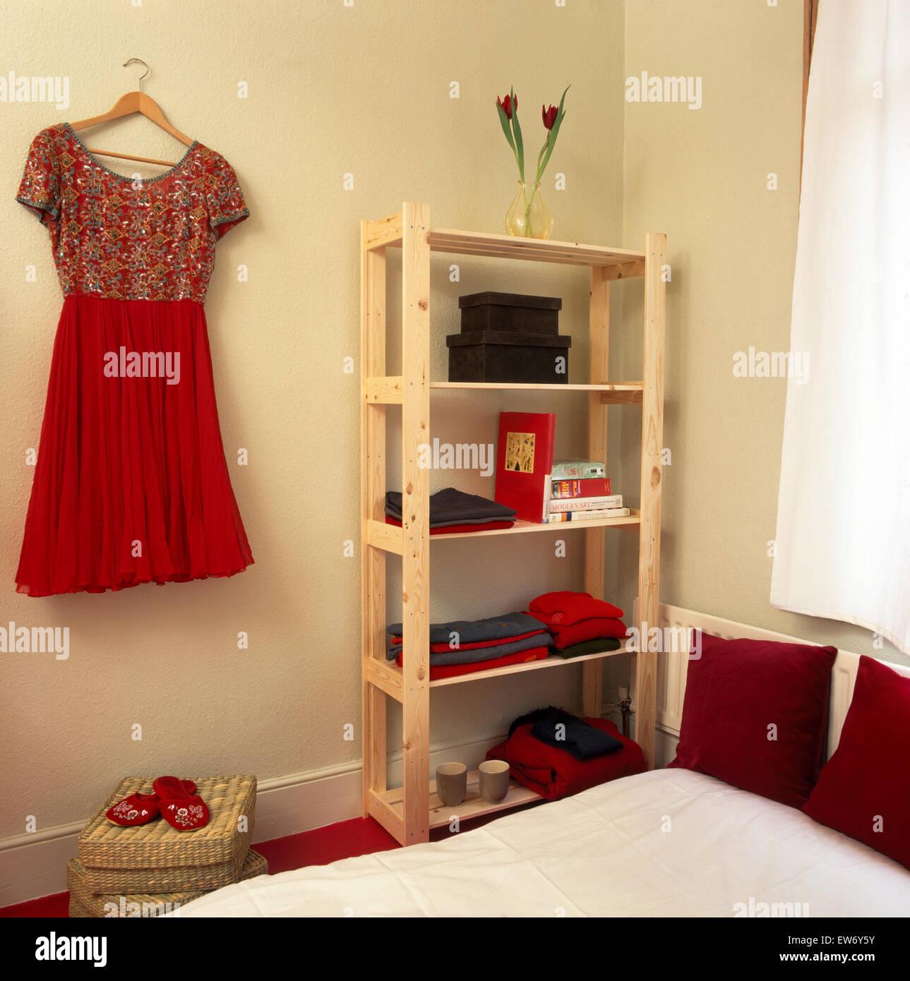 Einfache Holzregale rotes kleid hängt an der wand neben einfachen holzregale in