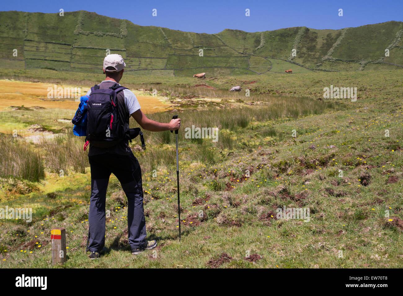 Touristischen hinunter in den Vulkan Krater Wanderweg auf der Insel Corvo Azoren Stockbild