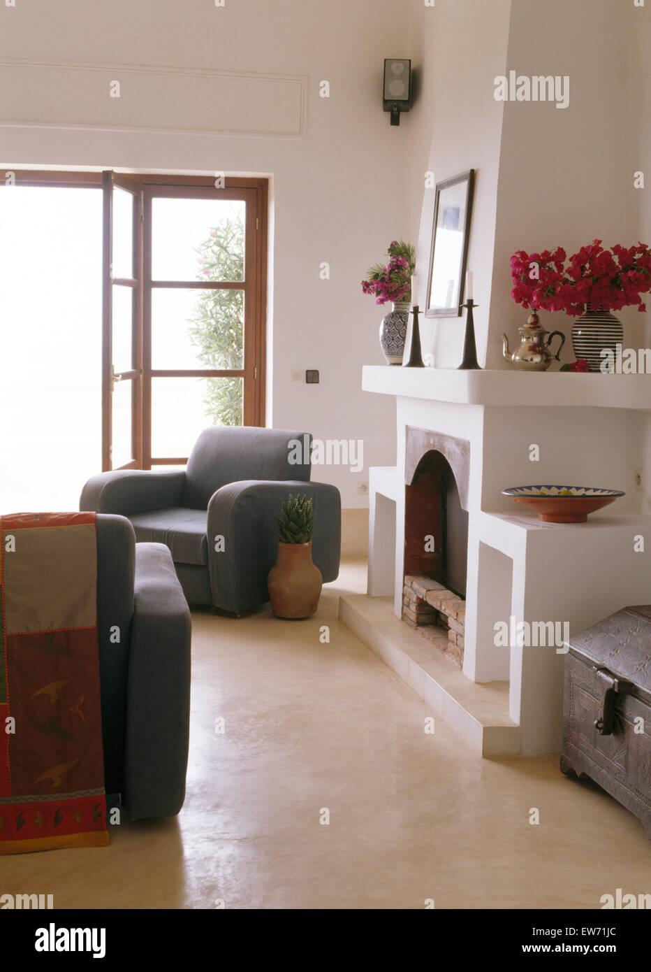 Graue Mobel Im Marokkanischen Kuste Wohnzimmer Mit Weissen Kamin Und